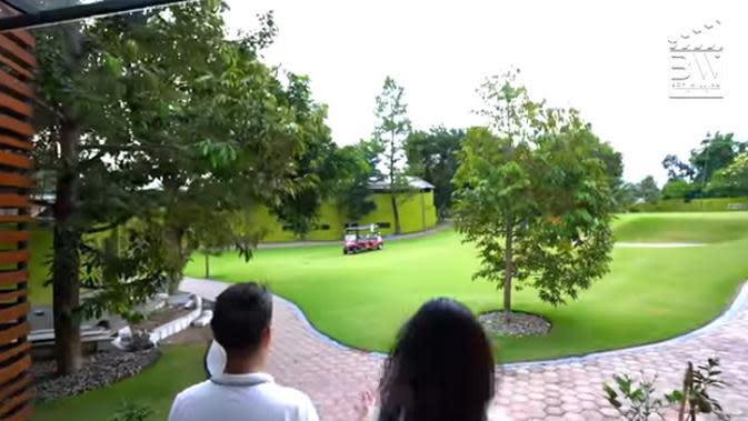 Presenter yang beberapa kali mengunjungi rumah selebriti itu takjub melihat halaman belakang rumah Ovi Dian. Terbentang luas dan tampak asri. (Youtube/Boy William)