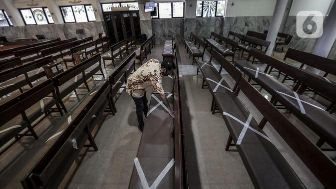 Karyawan memasang penanda jaga jarak aman untuk menyambut kenormalan baru di Gereja Protestan Indonesia Bagian Barat (GPIB) Effatha, Jakarta, Sabtu (4/7/2020). GPIB Effatha menerapkan protokol kesehatan seiring kembali dibukanya gereja tersebut untuk ibadah. (Liputan6.com/Johan Tallo)