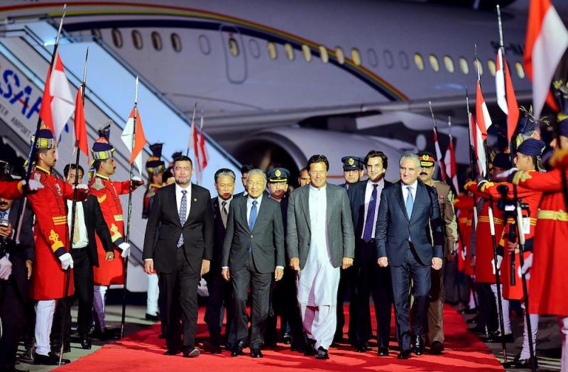 Perdana Menteri Pakistan Imran Khan menyambut ketibaan Tun Dr Mahathir Mohamad di Lapangan Terbang Nur Khan 21 Mac 2019. — Foto AFP