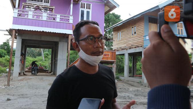 Direktur Arkom Indonesia, Yuli Kusworo, saat memberi keterangan kepada sejumlah jurnalis di lokasi huntap relokasi mandiri di Kelurahan Mamboro Barat, Sabtu (26/9/2020). (Foto: Liputan6.com/ Heri Susanto).