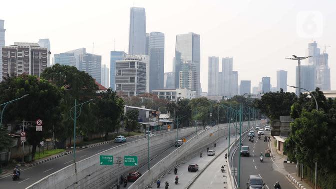 Pengendara melintasi kawasan Mampang Prapatan, Jakarta, Sabtu (6/6/2020). Pemprov DKI Jakarta mengeluarkan Pergub nomor 51 Tahun 2020 yang didalamnya mengatur pembatasan kendaraan dengan rekayasa ganjil-genap untuk sepeda motor dan mobil. (Liputan6.com/Helmi Fithriansyah)