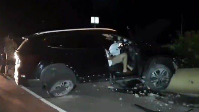 Mobil Ringsek Gara-gara Seruduk Pembatas Jalan di Kemayoran