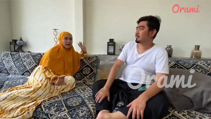 Ini salah satu ruang tamu pasangan Solmed dan April. Tapi, ruangan ini khusus untuk tamu pria. (Youtube/Orami Indonesia)