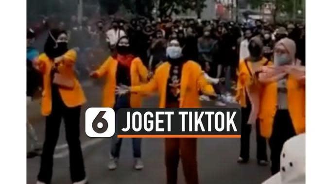 VIDEO: Viral Sekelompok Mahasiswi Joget Tiktok di Tengah Pengunjuk Rasa