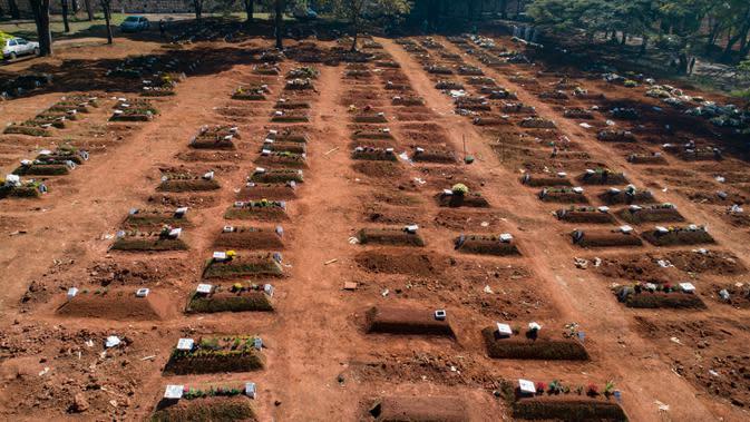Kuburan yang baru-baru ini ditempati menutupi area pemakaman Vila Formosa di tengah pandemi virus corona di Sao Paulo, Brasil, Kamis (6/8/2020). Brasil mendekati 3 juta kasus COVID-19 dan 100.000 kematian yang dikonfirmasi sejak pandemi dimulai. (AP Photo/Andre Penner)