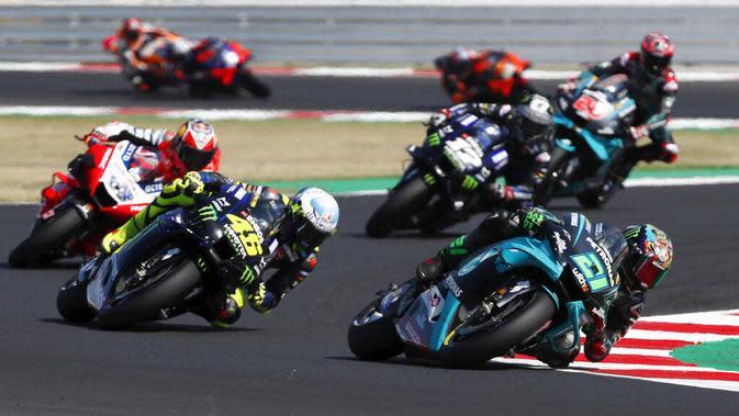 Pembalap Petronas Yamaha, Franco Morbidelli, memimpin balapan MotoGP San Marino di Sirkuit Misano, Minggu (13/9/2020). Morbidelli menjadi yang tercepat dengan catatan waktu 42 menit 02,272 detik. (AP/Antonio Calanni)