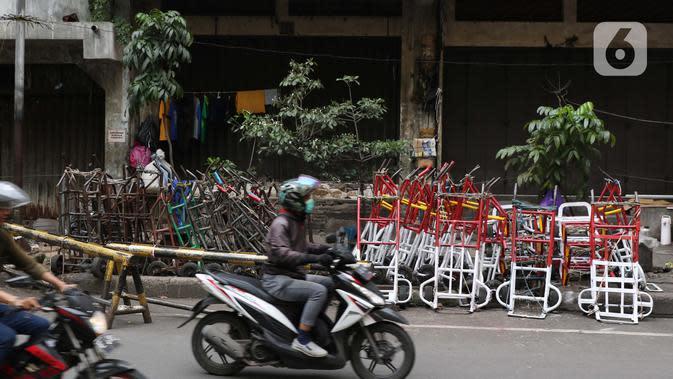 Suasana jalan di kawasan Pasar Tanah Abang, Jakarta, Jumat (27/3/2020). Sebagai upaya pencegahan penularan virus Corona COVID-19, Perumda Pasar Jaya menutup sementara aktivitas perdagangan di Pasar Tanah Abang Blok A, B dan F terhitung 27 Maret hingga 5 April 2020. (Liputan6.com/Helmi Fithriansyah)