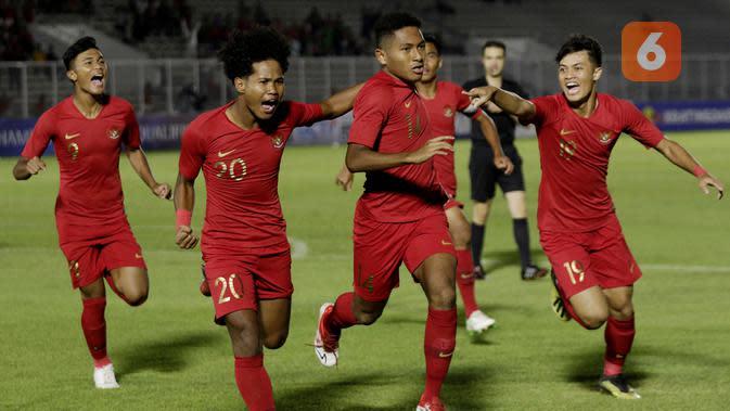 Para pemain Timnas Indonesia U-19 merayakan gol. (Bola.com/Muhammad Iqbal Ichsan)