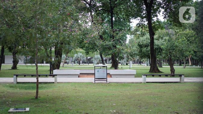 Suasana Taman Lapangan Banteng yang tutup di Jakarta, Minggu (20/9/2020). Seluruh taman kota dan hutan kota ditutup kembali untuk sementara terkait pemberlakuan PSBB total di Jakarta guna menekan penyebaran virus covid-19. (Liputan6.com/Immanuel Antonius)