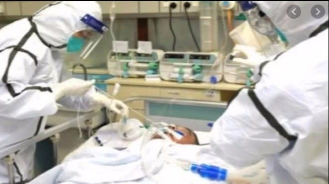 Ilustrasi Petugas medis sedang menangani pasien COVID-19 (Foto/VIVA.co.id)