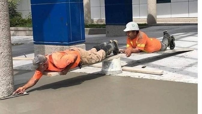 6 Potret Kerja Sama Tukang Bangunan Ini Totalitas Banget (sumber: Instagraml.com/sukijan.id)