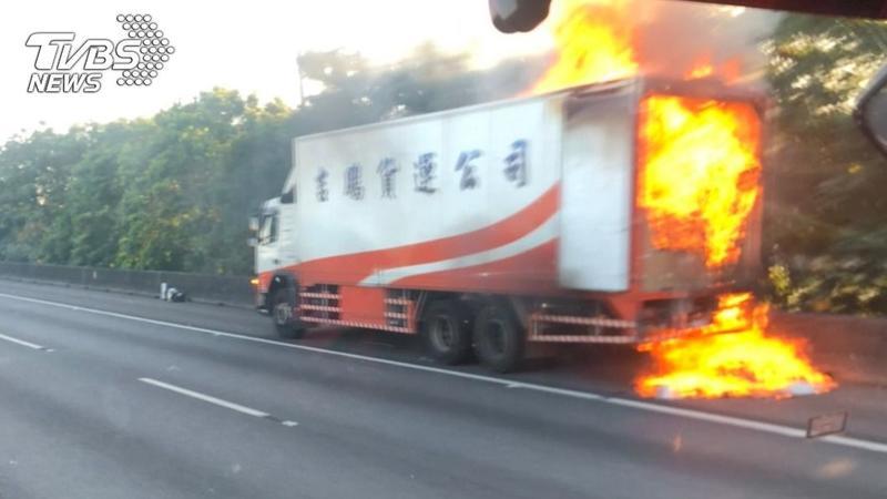 國道一號南屯路段清晨驚傳火燒車。(圖/TVBS)