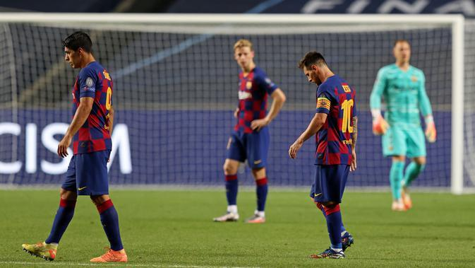 Pemain Barcelona tertunduk lesu usai ditaklukkan Bayern Munchen pada laga perempat final Liga Champions di Estadio da Luz, Sabtu (15/8/2020). Barcelona takluk 2-8 dari Bayern Munchen. (Rafael Marchante / POOL / AFP)