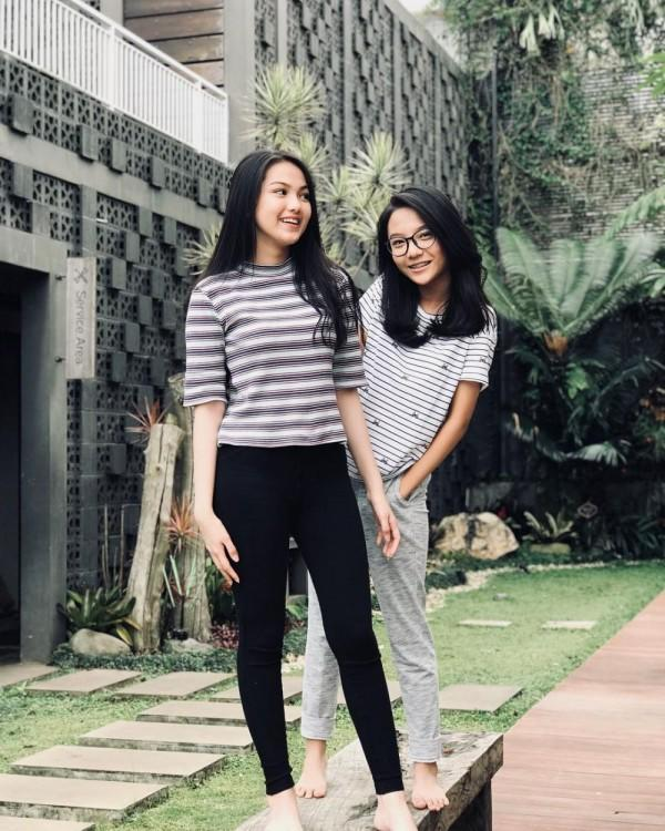 10 Inspirasi Mix and Match Kaos ala Aisyah Aqilah, Gampang Dicontoh
