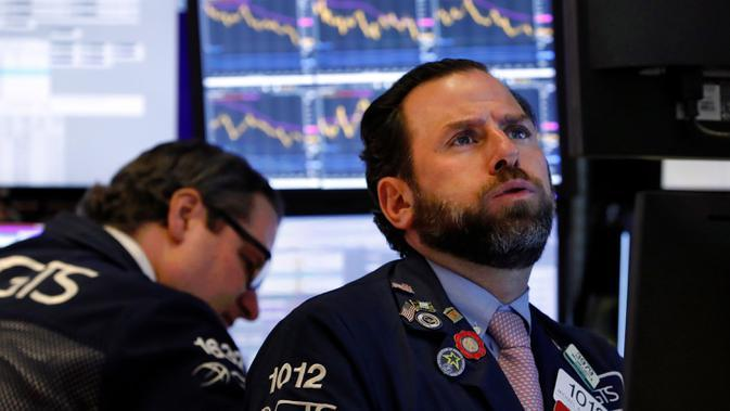 Ekspresi spesialis Michael Pistillo (kanan) saat bekerja di New York Stock Exchange, Amerika Serikat, Rabu (11/3/2020). Bursa saham Wall Street anjlok pada akhir perdagangan Rabu (11/3/2020) sore waktu setempat setelah WHO menyebut virus corona COVID-19 sebagai pandemi. (AP Photo/Richard Drew)