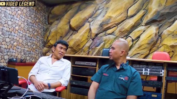 Ahmad Dhani menanyakan urusan pribadi kepada Rhoma Irama.