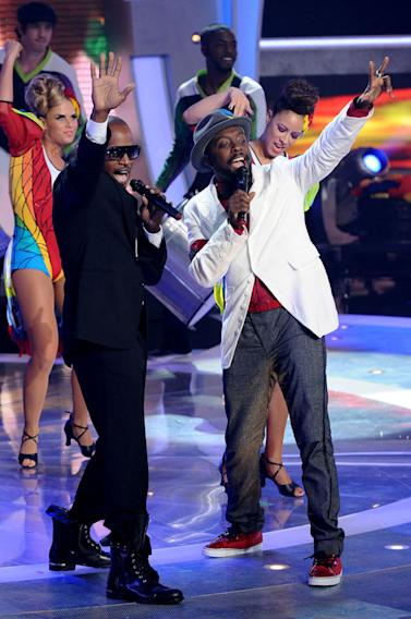 "Jamie Foxx and will.i.am perform ""Hot Wings (I Wanna Party) on ""American Idol."""