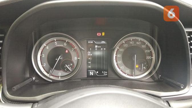 Panel meter Suzuki XL7 mengkombinasikan model analog dengan digital. (Septian/Liputan6.com)