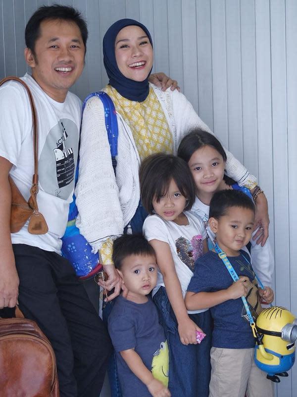 Menurut sang suami, Hanung Bramantyo, kejadian ini baru pertama mengalami sakit satu keluarga. (Instagram/zaskiadyamecca)