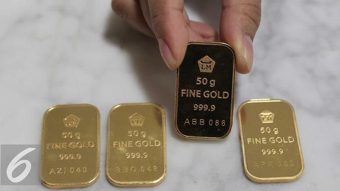 Emas batangan diperlihatkan petugas di kantor BNI Syariah, Jakarta, Senin (30/11). Harga jual-beli kembali (buyback) emas Antam turun Rp 1.000 usai akhir pekan kemarin naik di tengah turunnya harga emas global. (Liputan6.com/Angga Yuniar)