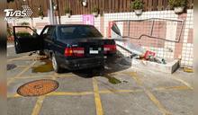 衝撞加油站! 78歲駕駛錯踩油門險撞員工