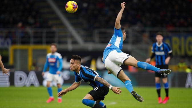 Striker Inter Milan, Lautaro Martinez (kiri) berebut bola dengan pemain Napoli, Nikola Maksimovic saat leg pertama semifinal Coppa Italia di Stadion Giuseppe Meazza, Rabu (12/2/2020). Inter Milan menyerah dari tamu, Napoli, dengan skor 0-1 akibat gol tunggal Fabian Ruiz. (AP/Antonio Calanni)