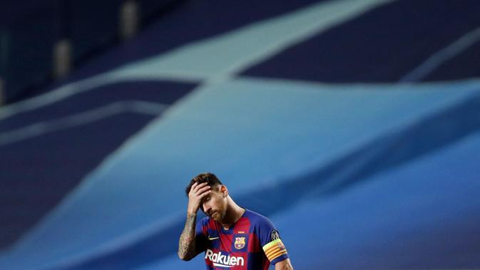 Striker Barcelona, Lionel Messi, memegang kepalanya usai ditaklukkan Bayern Munchen pada laga perempat final Liga Champions di Estadio da Luz, Sabtu (15/8/2020). Barcelona takluk 2-8 dari Bayern Munchen. (AP/Manu Fernandez/Pool)