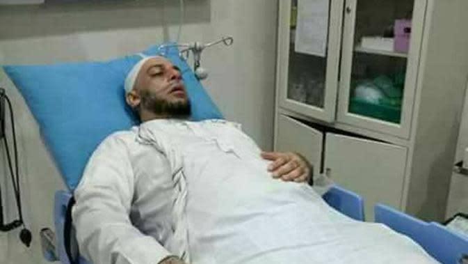 Shekh Ali Jaber sempat dilarikan ke rumah sakit lantaran terkena gas air mata. | via: facebook.com/yusufmansurnew