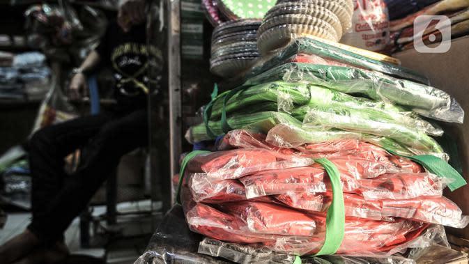 Abdullah duduk di dalam toko plastiknya saat menunggu pembeli di Pasar Tebet Barat, Jakarta, Selasa (30/6/2020). Abdullah berharap Pemprov DKI tidak hanya membuat peraturan larangan plastik sekali pakai, tetapi juga dapat segera memberikan solusi kepada pedagang. (merdeka.com/Iqbal S Nugroho)