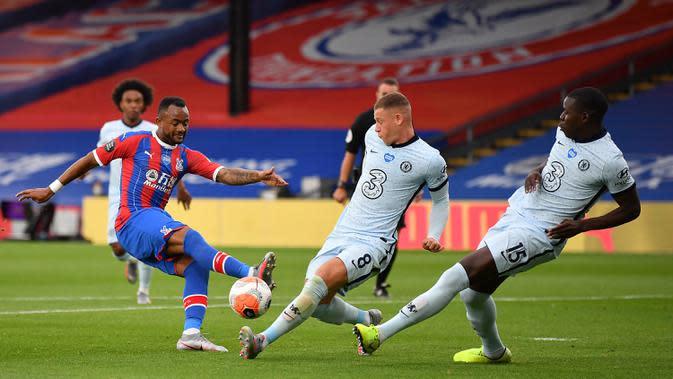 Pemain Chelsea, Ross Barkley (tengah) dan Kurt Zouma memblokir tembakan dari striker Crystal Palace, Jordan Ayew dalam lanjutan Liga Inggris di Selhurst Park, Rabu (8/7/2020) dini hari WIB. Lewat pertarungan ketat, Chelsea berhasil menaklukkan Crystal Palace 3-2. (Justin Setterfield / POOL / AFP)