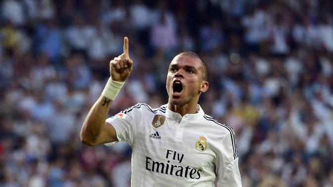 Pepe, penampilan bek tengah asal Portugal ini memang biasa saja, selain itu usianya yang sudah mencapai 33 tahun membuat dirinya lambat. (AFP/Gerard Julien)