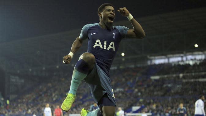 Bek Tottenham Hotspur, Serge Aurier, merayakan gol yang dicetak ke gawang Tranmere Rovers pada babak ketiga Piala FA, di Prenton Park Stadium, Birkenhead, Sabtu (5/1/2019) dini hari WIB. (AP Photo/Jon Super)