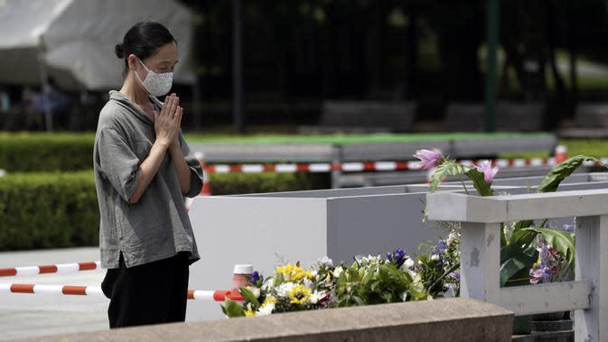 Seorang wanita berdoa di depan cenotaph untuk para korban bom atom di Hiroshima, Jepang, Senin (3/8/2020). Jepang akan memperingati 75 tahun bom atom di Hiroshima pada 6 Agustus 2020. (AP Photo/Eugene Hoshiko)