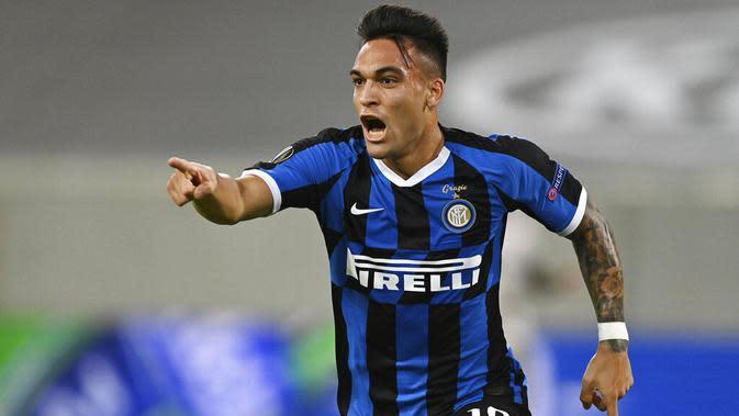 Striker Inter Milan, Lautaro Martinez, melakukan selebrasi usai mencetak gol ke gawang Shakhtar Donetsk pada laga semifinal Liga Europa di Merkur Spiel-Arena, Selasa (18/8/2020). Inter Milan menang dengan skor 5-0. (Sascha Steinbach, Pool via AP)