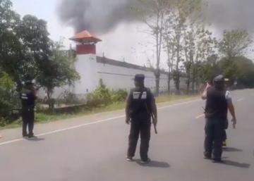 泰國東北部的武里喃府一座監獄29日發生暴動,數十名囚犯打爛傢俱、砸毀窗戶及縱火,起因疑似是囚犯擔憂監獄內出現武漢肺炎疫情。(圖擷自推特)