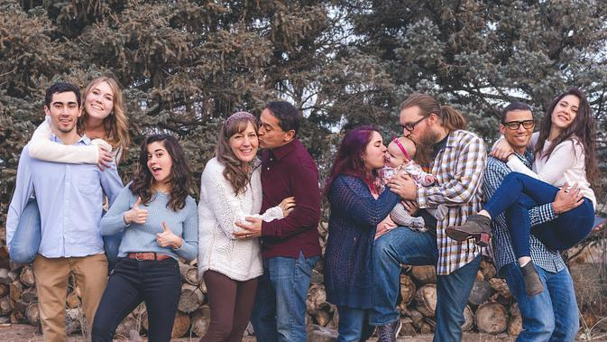 Ilustrasi keluarga besar. (Photo by Craig on Pexels)