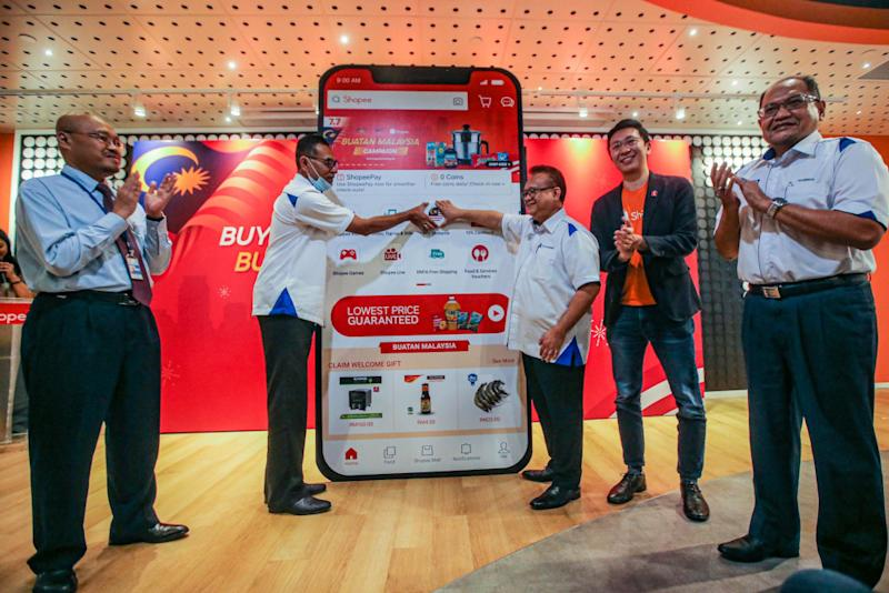 Domestic Trade and Consumer Affairs Minister Datuk Alexander Nanta Linggi (centre) launches the Kempen Beli Barangan Malaysia on Shopee. — Picture by Hari Anggara