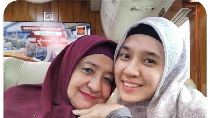 Potret Kebersamaan Dhini Aminarti dan Ibunda. (Sumber: Instagram.com/dhiniaminarti)