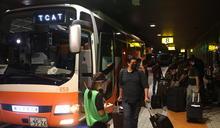 抵日媒體搭乘接駁巴士(1) (圖)