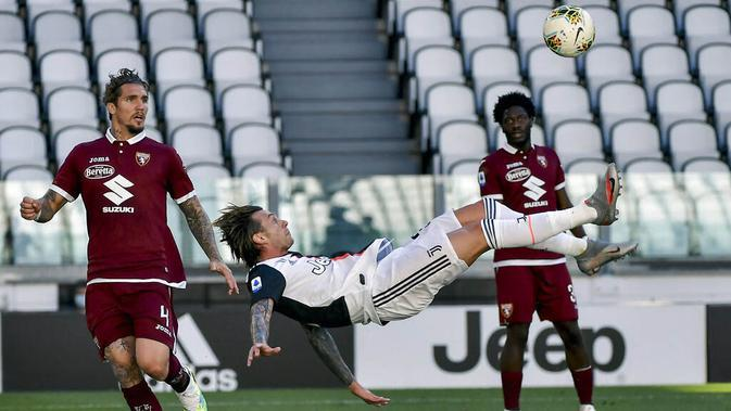 Pemain Juventus, Federico Bernardeschi, melakukan tendangan salto saat melawan Torino pada laga Serie A di Stadion Allianz, Turin, Sabtu (4/6/2020). Juventus menang 4-1 atas Torino. (AP/Marco Alpozzi)