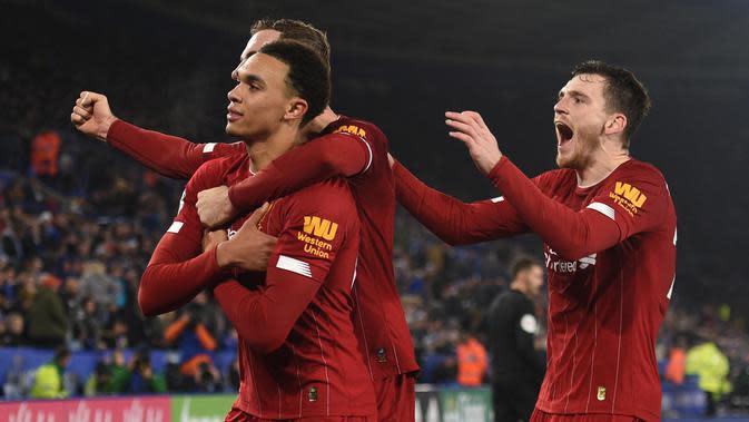 Para pemain Liverpool merayakan gol yang dicetak Trent Alexander-Arnold ke gawang Leicester pada laga Premier Laegue di Stadion King Power, Leicester, Kamis (26/12). Leicester kalah 0-4 dari Liverpool. (AFP/Oli Scarff)
