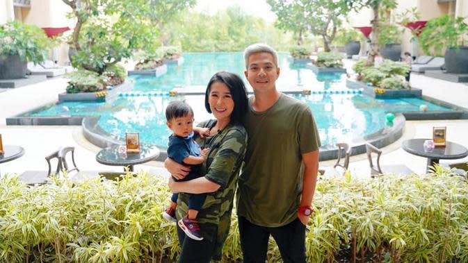 Kebahagiaan pasangan Ardina Rasti dan Arie Dwi Andika semakin sempurna sejak kelahiran anak pertama mereka. Keduanya telah dikaruniai seorang anak pada Desember 2018 yang menjadi kado terindah pernikahan mereka.(Liputan6.com/IG/ ardinarasti6).