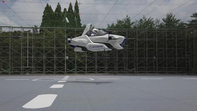 Sebuah mobil terbang berawak SD-03 terlihat selama sesi uji terbang di lapangan uji Toyota di Toyota, Jepang tengah. Mobil terbang SkyDrive SD-03 berhasil terbang uji coba selama empat menit. (©SkyDrive/CARTIVATOR 2020 via AP)