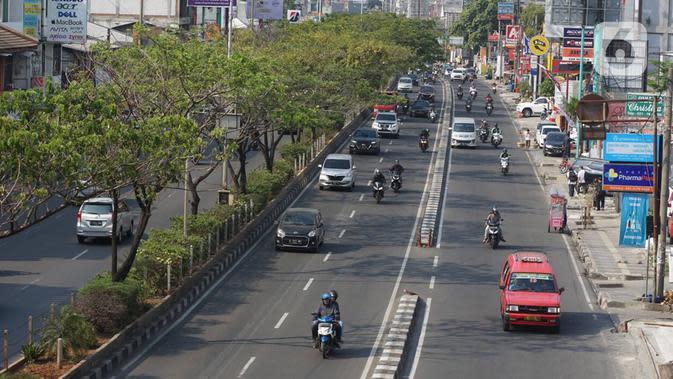 Kendaraan melintasi Jalan Margonda Raya, Depok, Jawa Barat, Selasa (20/11/2019). Saat ini Badan Pengelola Transportasi Jabodetabek (BPTJ) tengah merancang kerangka regulasi untuk pelaksanaan sistem electronic road pricing (ERP) di Jalan Margonda Raya. (Liputan6.com/Immanuel Antonius)