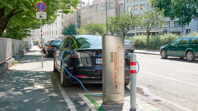 Mobil listrik mengisi daya di stasiun pengisi daya umum sebuah ruas jalan di Wina, Austria, 7 Agustus 2020. Wina menarik perhatian dunia dengan model pembangunan kota hijaunya yang menyokong perjalanan ramah lingkungan, penghijauan perkotaan, dan gaya hidup hijau. (Xinhua/Georges Schneider)