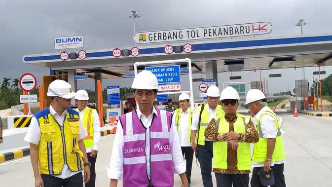 Presiden Joko Widodo (Jokowi) meninjau ruas Tol Pekanbaru-Dumai seksi 1 pada Jumat, 21 Februari 2020 ini. Liputan6.com/Athika Rahma