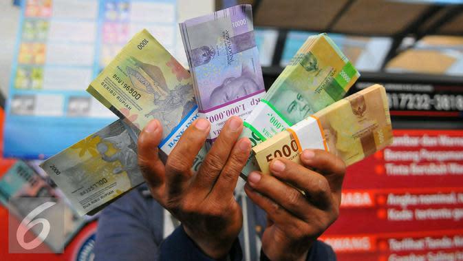 Beberapa pecahan uang baru yang sudah dikeluarkan oleh Bank Indonesia yang dapat ditukarkan di Blok M, Jakarta, Senin (19/12). Sedangkan uang rupiah logam terdiri atas pecahan Rp 1.000, Rp 500, Rp 200, dan Rp 100. (Liputan6.com/Angga Yuniar)