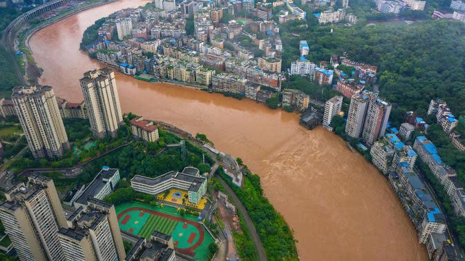 Foto dari udara kondisi banjir di Distrik Qijiang, Kota Chongqing, China barat daya (1/7/2020). Guyuran hujan telah menyebabkan peningkatan debit air ke sungai-sungai di daerah pusat kota, dan beberapa pagar pengaman di sepanjang sungai rusak oleh derasnya arus air. (Xinhua/Chen Xingyu)