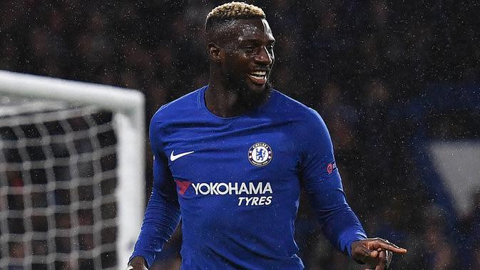 Gelandang Chelsea, Tiemoue Bakayoko melakukan selebrasi usai mencetak gol ke gawang Qarabag pada Grup C Liga Champions di Stamford Bridge, London, Inggris (12/9). Chelsea menang telak atas Qarabag 6-0. (AFP Photo/Ben Stansall)