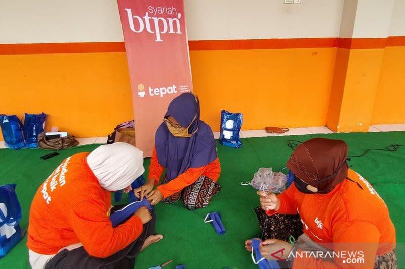 BTPN Syariah latih perempuan buat masker di Mataram